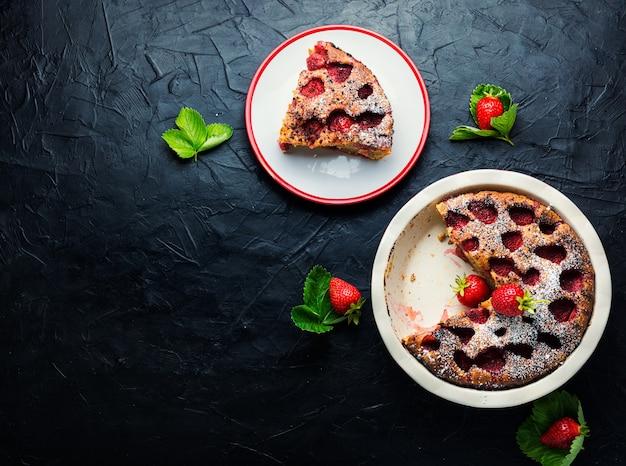 Köstliche hausgemachte torte mit erdbeeren.sommerfruchtdessert.textfreiraum