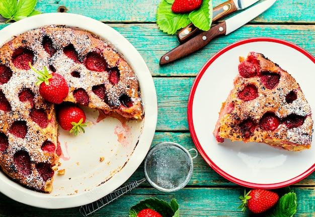 Köstliche hausgemachte torte mit erdbeeren.sommerfruchtdessert.