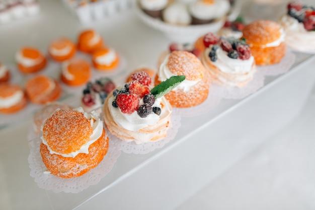 Köstliche hochzeitsempfang schokoriegel-desserttisch