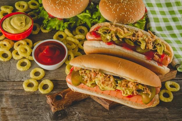 Köstliche hot dogs mit gebratenen zwiebelringen