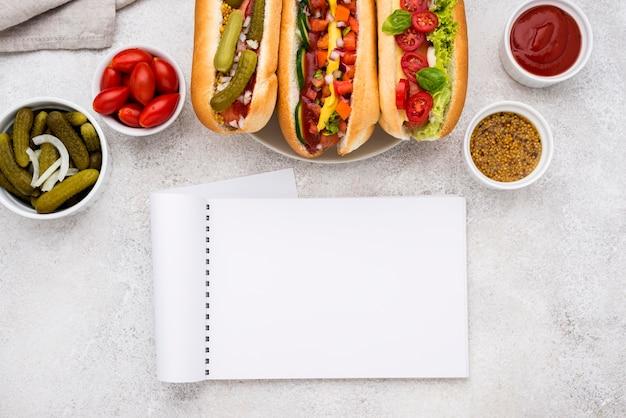 Köstliche hot dogs mit gemüse draufsicht