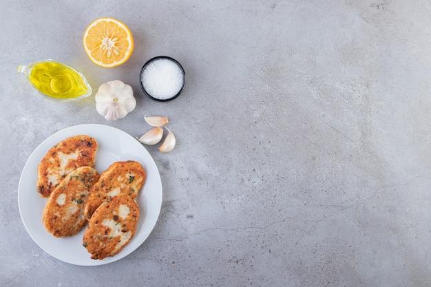 Köstliche hühnerschnitzel mit gemüse und salzhintergrund