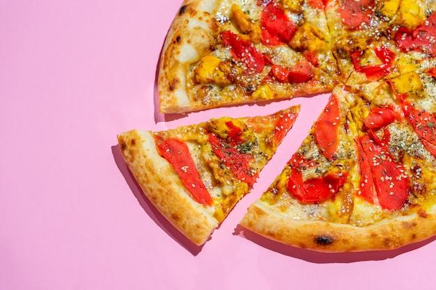 Köstliche italienische pizza des kreativen designs der pop-art auf rosa wand