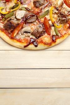 Köstliche italienische pizza gedient auf holztisch