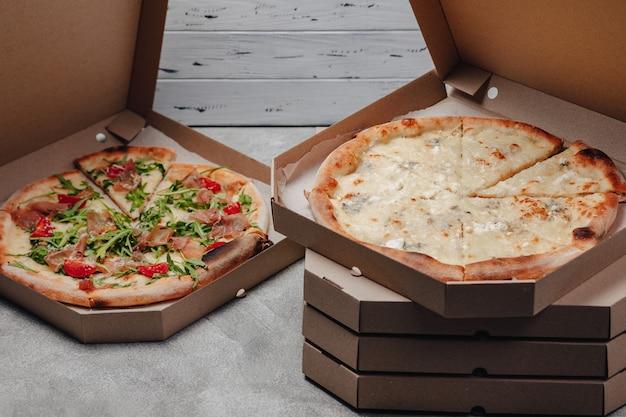 Köstliche italienische pizza in der pizzaschachtel