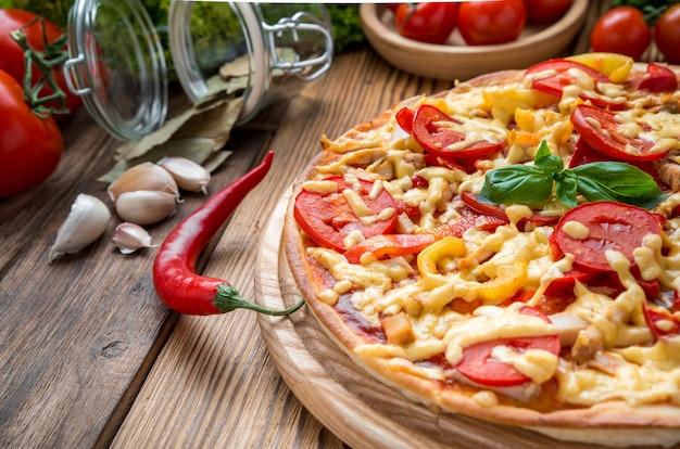 Köstliche italienische pizza in einem restaurant auf dem holzschreibtisch