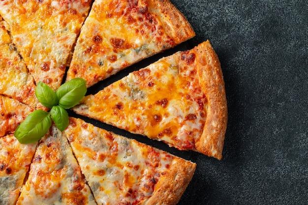Köstliche italienische pizza vier käse mit basilikum.