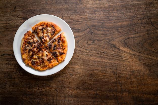 Köstliche italienische pizzas serviert auf holztisch