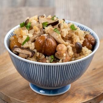 Köstliche japanische kastanie und hühnchen mit shimeji-gewürztem reis, auch bekannt als takikomi gohan.