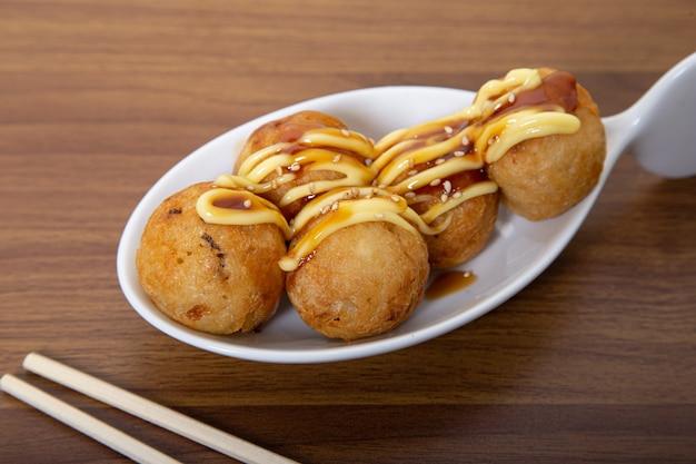 Köstliche japanische lebensmittelkrakenbällchen
