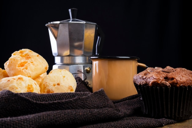 Köstliche käsebrote und eine kaffeetasse auf dunklem hintergrund.
