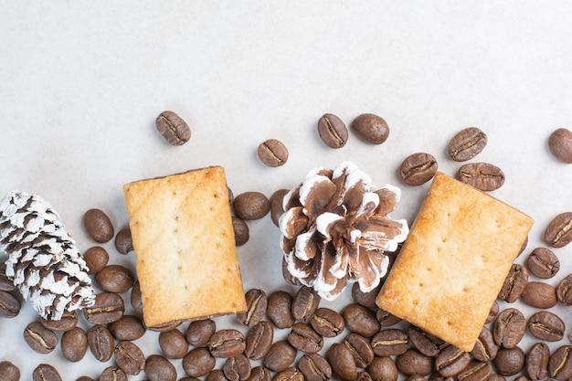 Köstliche kekse mit tannenzapfen auf weißem hintergrund. hochwertiges foto