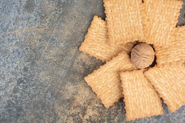 Köstliche kekse mit walnuss auf marmorhintergrund. hochwertiges foto