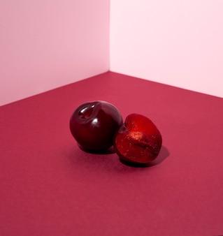 Köstliche kirschen auf rosa hintergrund