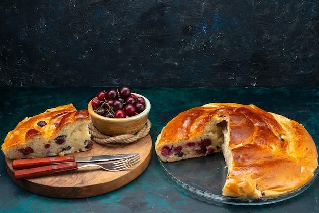 Köstliche kirschpastete geschnitten mit frischen sauerkirschen auf dunkelblauem kuchenkuchenfrucht süßem teefoto