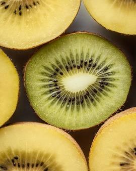 Köstliche kiwi-anordnung draufsicht
