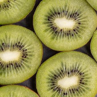 Köstliche kiwi-anordnung über ansicht