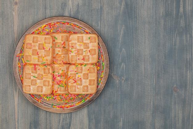 Köstliche knusprige waffel mit streuseln in einem holzteller