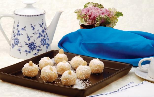 Köstliche kokosnusskeksebällchen mit mandeln