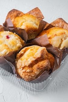Köstliche leckere muffins, auf weiß