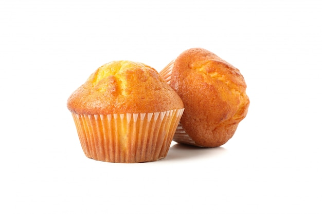 Köstliche leckere muffins isoliert auf weiß