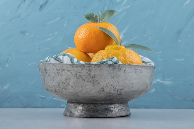 Köstliche mandarinenfrüchte in metallschüssel.