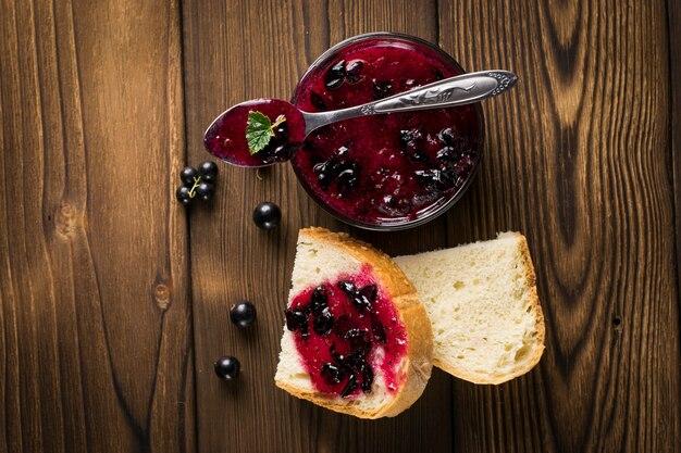 Köstliche marmelade der schwarzen johannisbeere auf tabellennahaufnahme