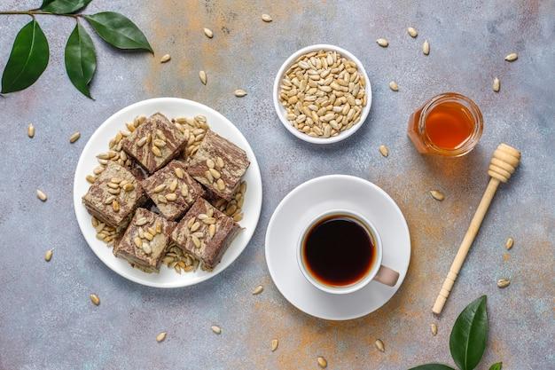 Köstliche marmorhalva mit sonnenblumenkernen, kakaopulver und honig, draufsicht