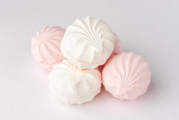 Köstliche marshmallows auf grauem hintergrund