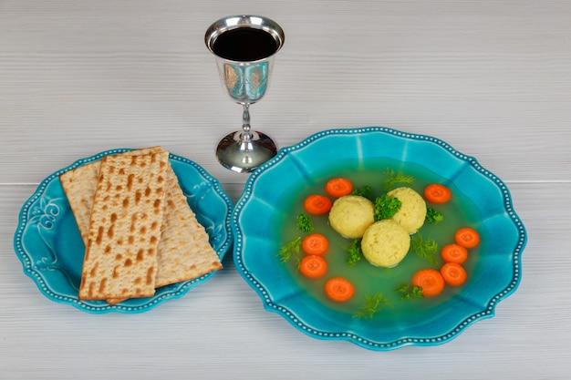 Köstliche matzoh-ballsuppe mit pesach-passah-symbolen