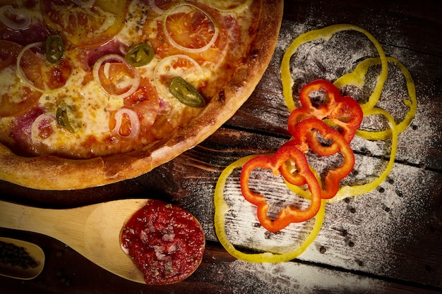 Köstliche meeresfrüchtegarnelen und miesmuschelpizza auf einem schwarzen holztisch. italienisches essen. ansicht von oben
