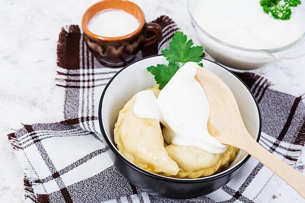 Köstliche mehlklöße mit kohl auf weiß.