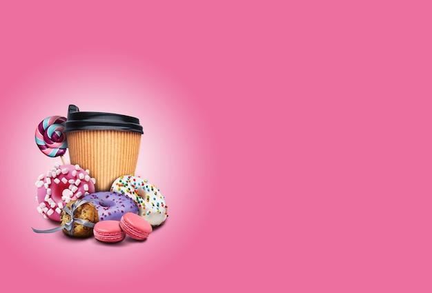 Köstliche mehrfarbige donuts mit streuseln, macarons oder makronen, süßigkeiten, keksen und pappbecher kaffee. ungesunde, leckere süßigkeiten.