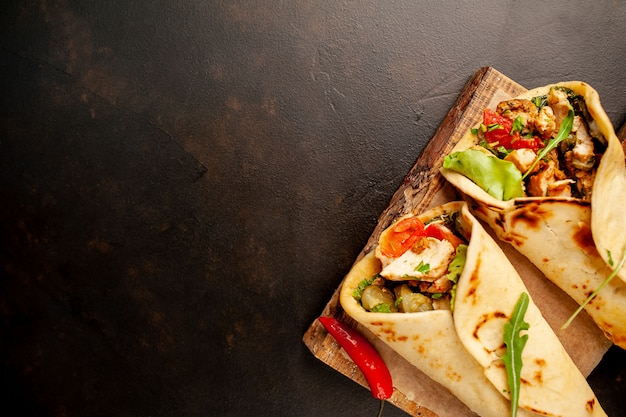 Köstliche mexikanische tacos mit salat auf betonhintergrund. mexikanische küche mit kopierraum für ihren text