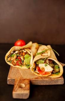 Köstliche mexikanische tacos mit salat auf betonhintergrund. mexikanische küche