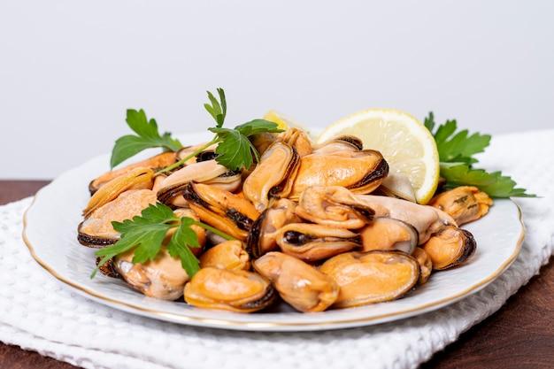 Köstliche miesmuscheln der nahaufnahme auf einer platte