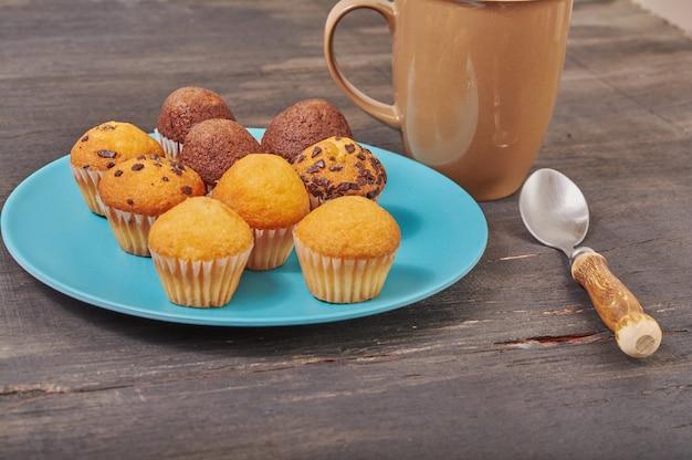 Köstliche mini-schokoladengeschmack-muffins zum frühstück