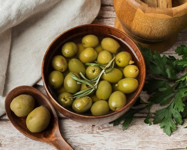 Köstliche oliven der nahaufnahme in einer schüssel
