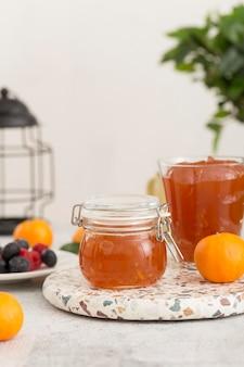 Köstliche orange hausgemachte marmelade im glas