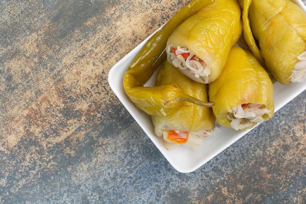 Köstliche paprika mit kohl auf weißem teller. foto in hoher qualität