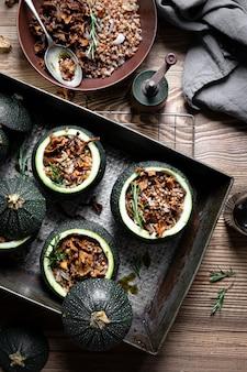 Köstliche pfifferlinge gefüllt runde zucchini auf holztisch