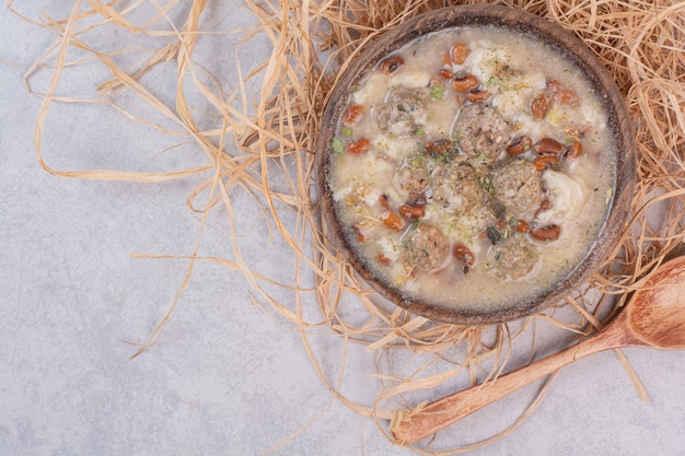 Köstliche pilzsuppe in der holzschale mit löffel