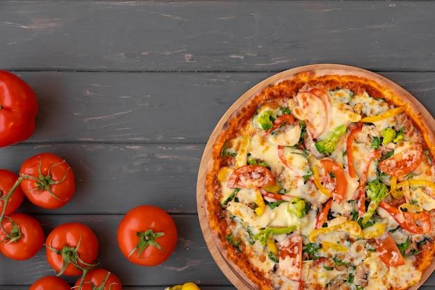 Köstliche pizza auf draufsicht der grauen holzoberfläche