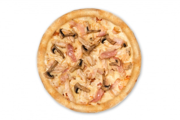 Köstliche pizza mit dem huhn, parmesankäse, tomaten, pilzen lokalisiert für menü, draufsicht