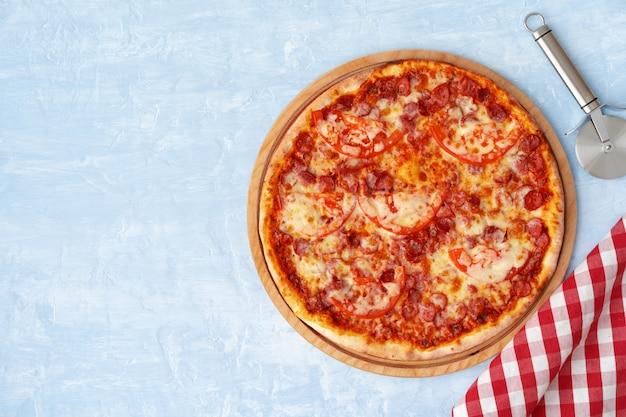 Köstliche pizza mit würstchen auf grauem hintergrund