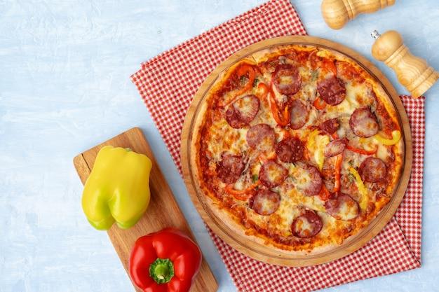 Köstliche pizza mit würstchen auf grauer hintergrundoberansicht
