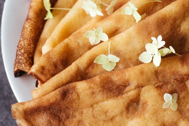 Köstliche platte der draufsicht der pfannkuchen