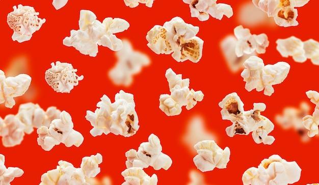 Köstliche popcornkörner auf rot
