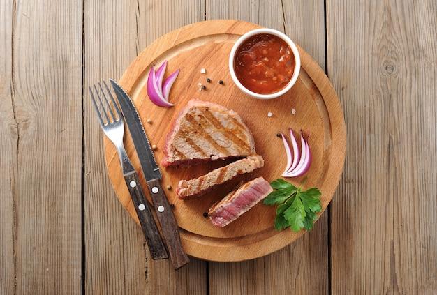 Köstliche portion gesundes gegrilltes mageres rindersteak