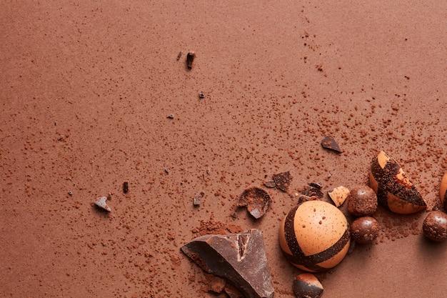 Köstliche praline auf einem braunen hintergrund